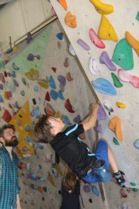 Kinderen klimmen naar de top