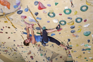 Leren voorklimmen op klimmuur